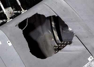 La perforation provoquée dans le panneau de carbone renforcé N°8 prélevé sur la navette Atlantis. Les enquêteurs n'en ont pas cru leurs yeux!Crédit : Eric Gay AP via Washington post