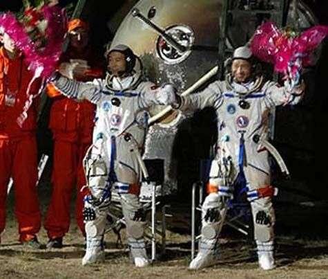 Récupération des astronautes Fei Junlong et Nie Haisheng après l'atterrissage de Shenzhou V. © Agence spatiale chinoise