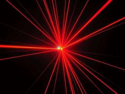 Les rayons laser, souvent cachés (heureusement pour nos yeux), sont nombreux autour de nous et parcourent des milliers de kilomètres dans les fibres optiques. Un tour d'horizon de ces rayonnements stimulés permet de mieux comprendre quelques miracles technologiques de notre quotidien. © DR