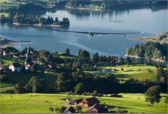 Le HB-SIA survolant la campagne helvétique avant son atterrissage sur l'aéroport de Genève-Cointrin, en septembre 2010, lors d'une navigation à travers la Suisse. © Solar Impulse