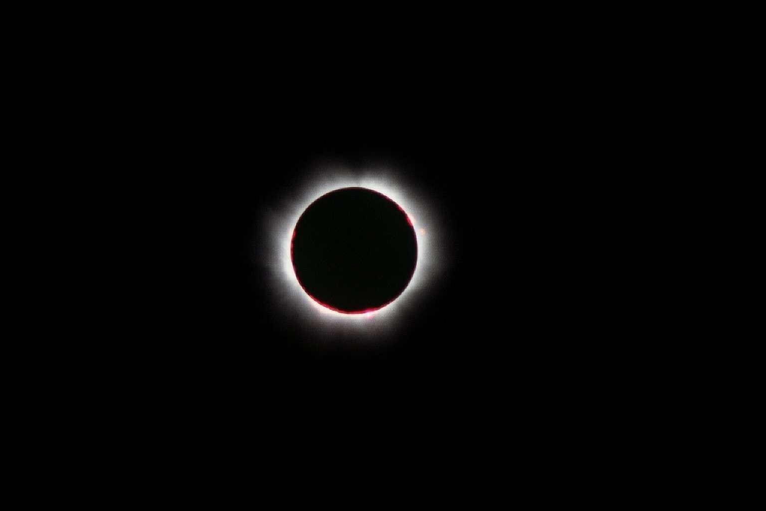 Comme lors de l'éclipse totale de Soleil qui se déroula en France le 11 août 1999, les astronomes chercheront cette fois encore à photographier la couronne et les protubérances solaires. Crédit J.-B. Feldmann