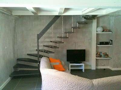 L'escalier suspendu donne souvent un aspect esthétique à une pièce. © DR