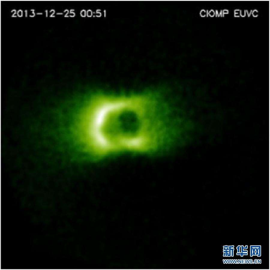 Dotée d'une caméra sensible au rayonnement ultraviolet extrême, Chang'e 3 a transmis le 16 décembre sa première image révélant le plasma qui enrobe la Terre. © Chinese Academy of Sciences