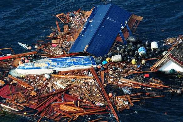 Ce type de plaque de débris a été observé quelque temps après le tsunami. Aujourd'hui il n'existe pas à proprement parler de plaques de déchets, la pollution marine engendrée par le charriage des débris japonais s'est répandue dans tout le gyre du Pacifique Nord. © NOAA