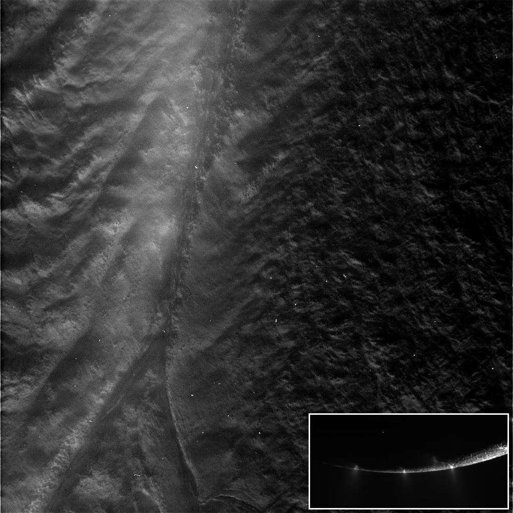 Sur ce gros plan réalisé par la sonde Cassini, de la brume recouvre les failles au pôle sud du satellite Encelade. En médaillon des geysers de glace observés deux jours plus tôt. Crédit Nasa/SSI