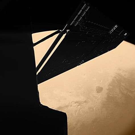 Survol avec réaction de gravitation de la planète Mars à 1000 km de la surface le 7 février 2007. Cette image a été prise par l'instrument CIVA de l'atterrisseur Philae et montre une partie de Rosetta avec un de ses panneaux solaires. Crédit ESA.
