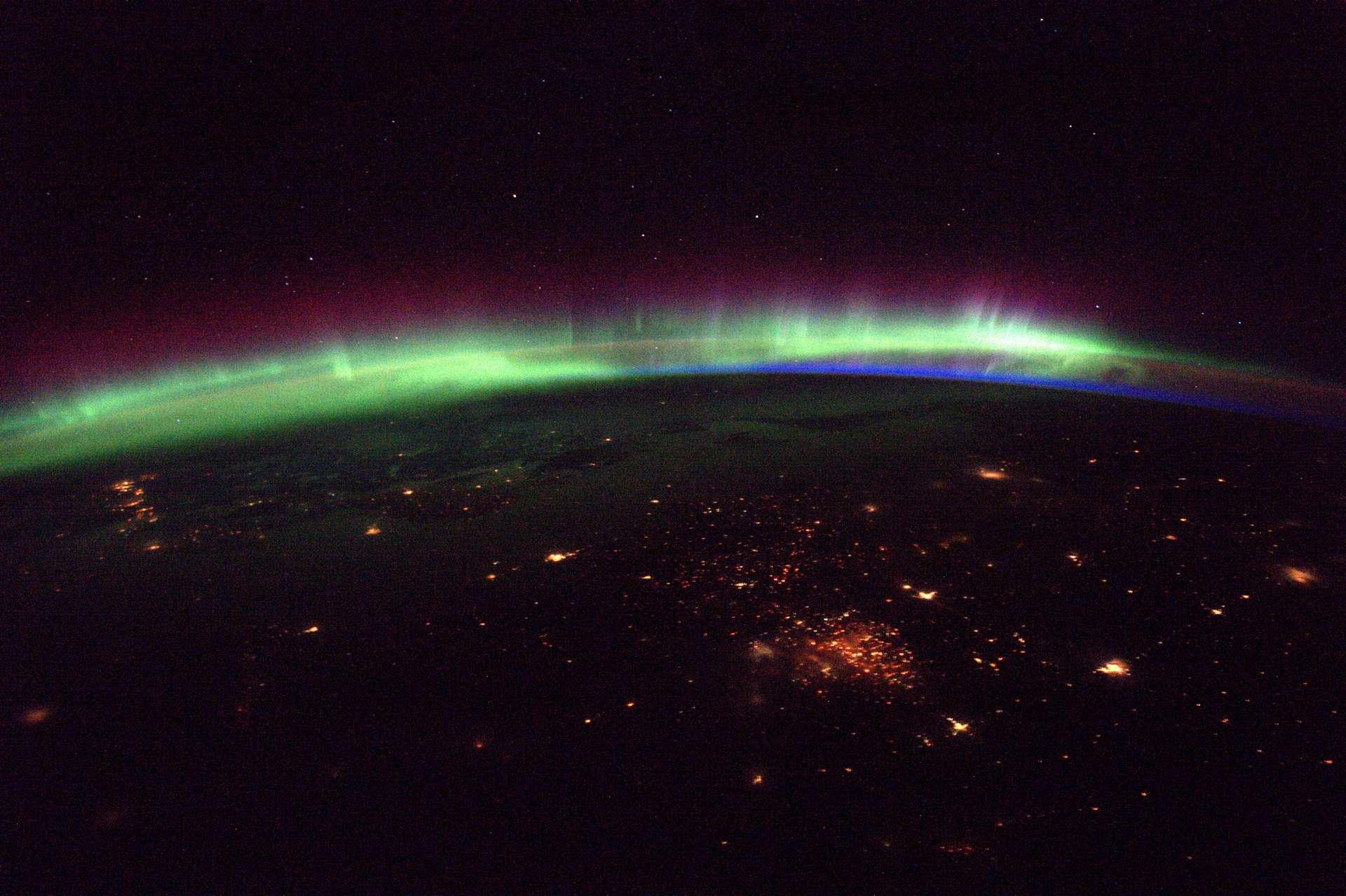« La vue de nuit est tout simplement magnifique ces derniers temps : peu de nuages, des aurores intenses. Je ne peux pas détourner le regard des fenêtres » Thomas Pesquet. © ESA/NASA