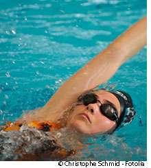 La natation sur le dos peut s'intégrer dans la prise en charge de la scoliose idiopathique. © Christophe Schmid, Fotolia
