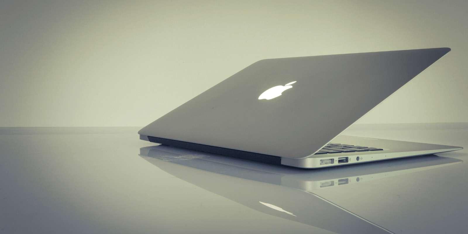 Bien plus abordable que le Macbook Pro, le modèle Air dispose cependant d'une autonomie et d'une qualité d'image plus faible. © Unsplash