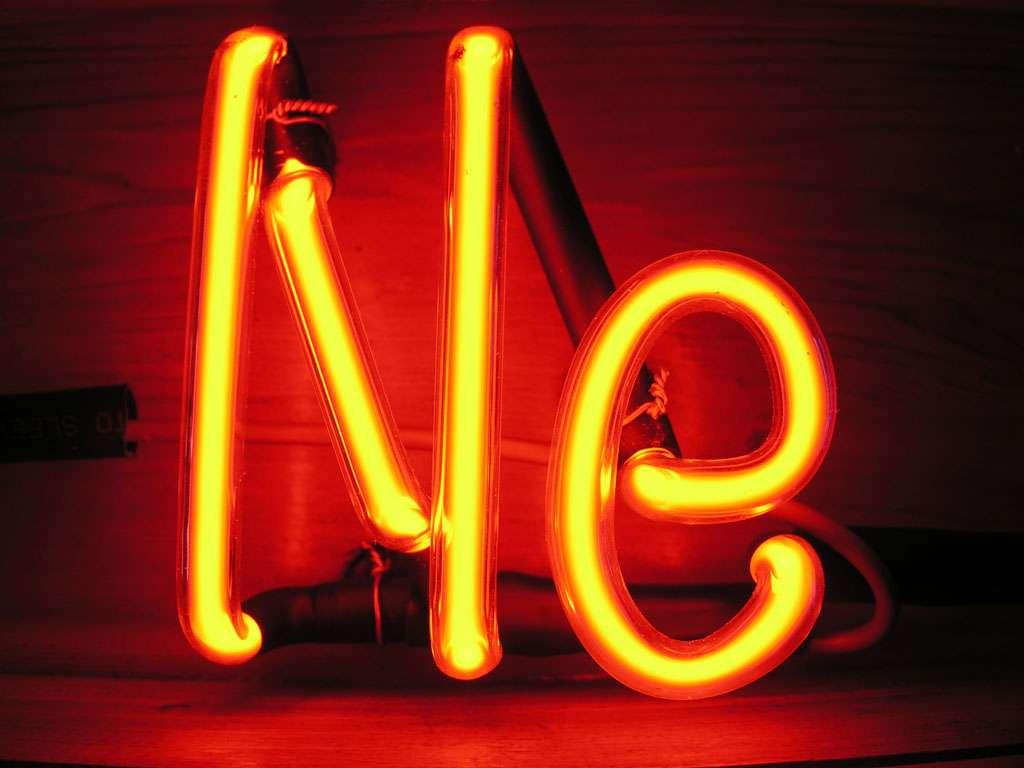 Georges Claude est le premier a avoir utilisé le gaz néon pour des éclairages. Le tube au néon est le plus souvent utilisé par les enseignes de magasins. © Pslawinski, CC BY-SA 2.5, Wikimedia Commons