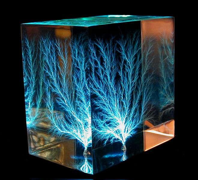 Image d'une figure de Lichtenberg dans un bloc de résine acrylique de 7,6 x 7,6 x 5 cm, créée par projection de plusieurs faisceaux d'électrons. La différence de potentiel engendrée est estimée à 2,2 millions de volts. © Bert Hickman, CC by-nc-sa 2.0