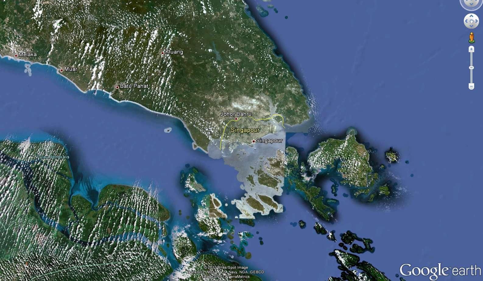 Singapour est un territoire de 699 km2 et formé de 64 îles. La principale, Pulau Ujong, est enclavée au sud de la péninsule malaise, dont la cité-État importe une partie de son eau. © Google Earth