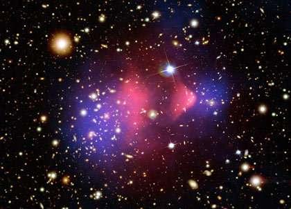 L'amas de galaxie 1E0657-56 : matière baryonique (rose) et matière noire (bleue) se seraient séparées suite à la violence de la collision