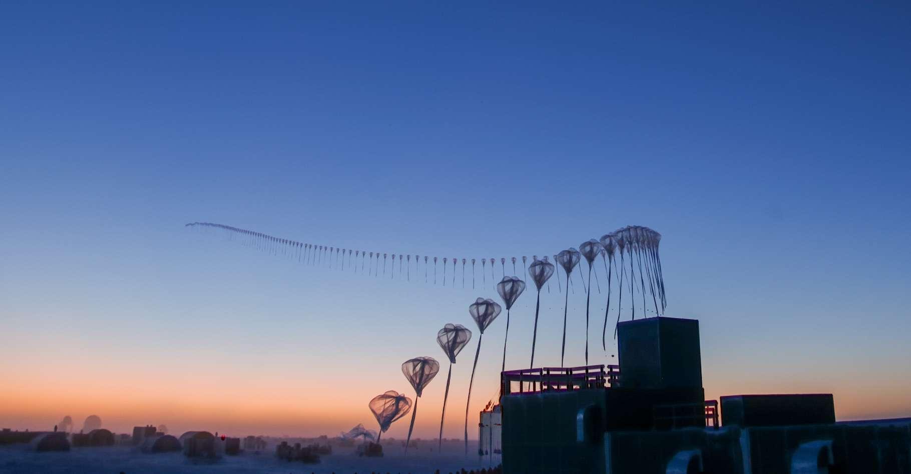 Des conditions météorologiques telles que celles qui ont conduit à limiter cette année le trou dans la couche d'ozone ont déjà été enregistrées en 1988 et en 2002. Mais les chercheurs ignorent encore quelle en est l'origine. Ici, en time-laps, une sonde montant au-dessus du pôle Sud et destinée à mesurer l'épaisseur de la couche d'ozone très haut dans l'atmosphère. © Robert Schwarz/University of Minnesota