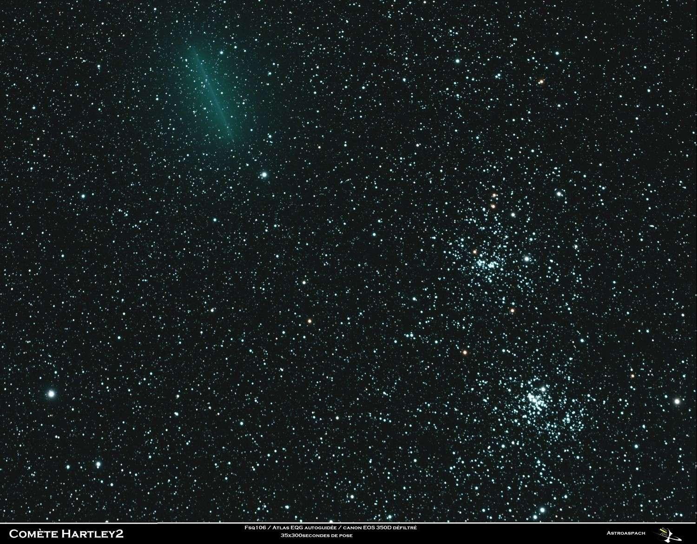 Cette image a été réalisée il y a quelques jours alors que la comète 103P/Hartley 2 passait à proximité du double amas d'étoiles dans la constellation de Persée. Pendant les 35 poses de 5 minutes réalisées avec une lunette de 102 millimètres de diamètre, dont la monture compensait la rotation terrestre, la comète s'est déplacée en laissant un trait vert. © Astroaspach