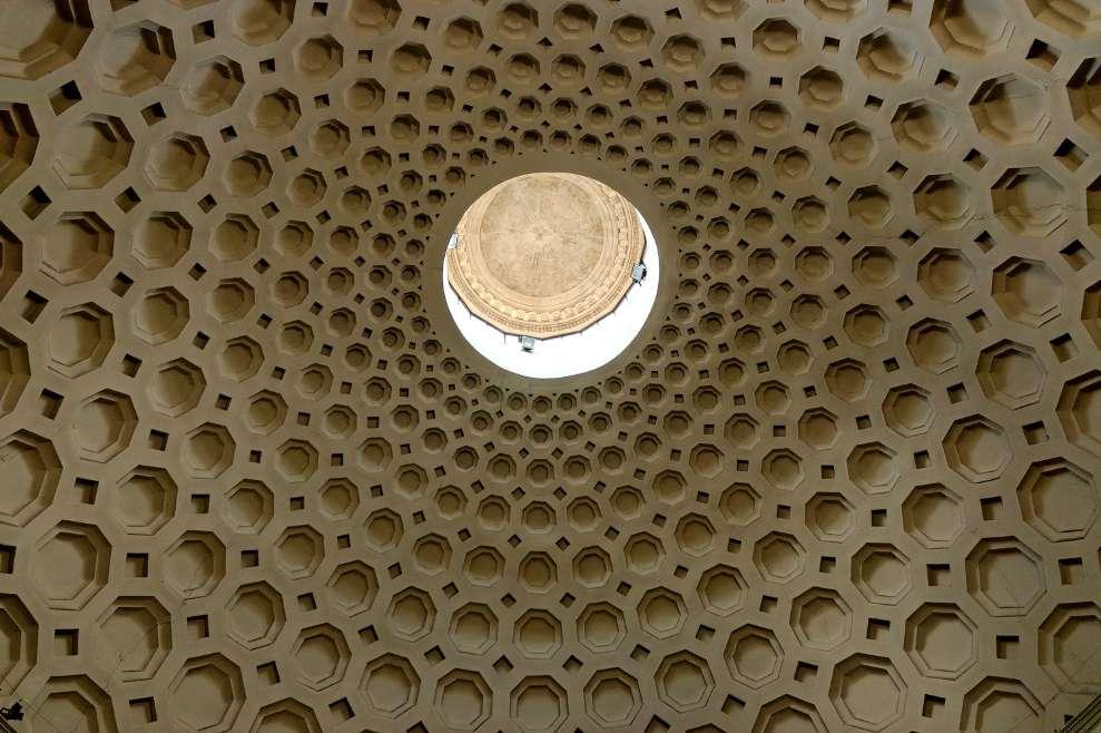 L'oculus, ouverture au centre d'une voûte, permet la montée des cloches. © Jastrow, Domaine public, Wikimedia Commons