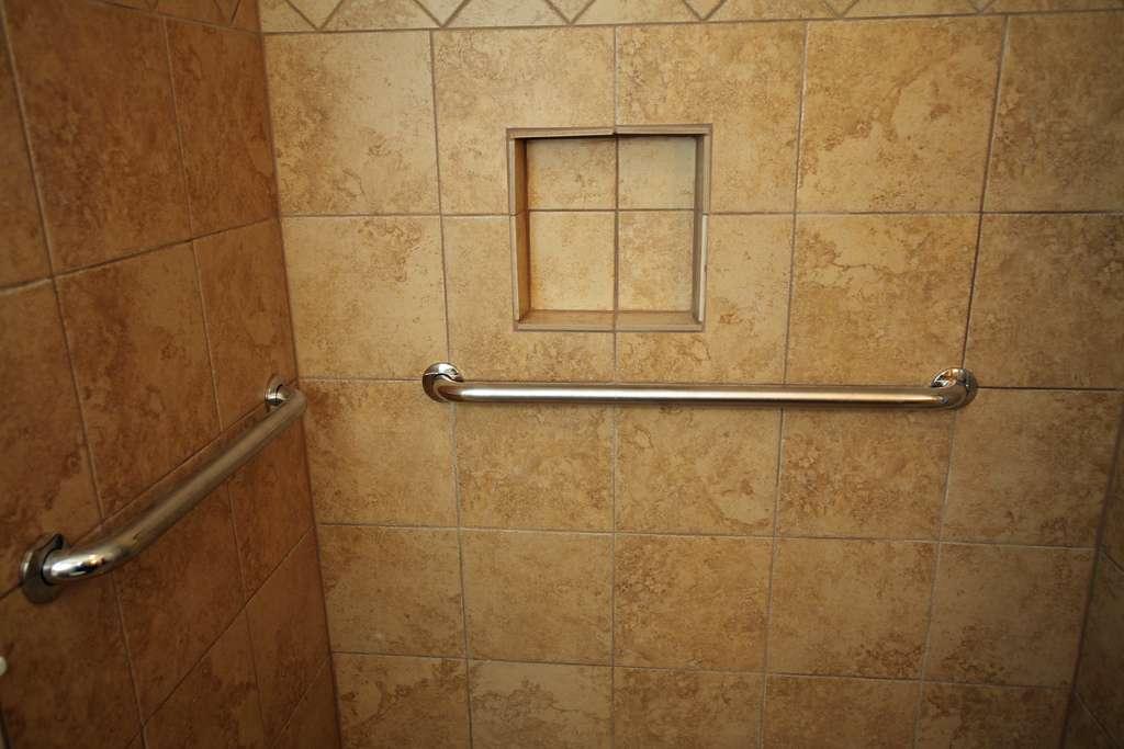 Le choix du revêtement de mur de la salle de bain et primordial. © Gardener41, Flickr, CC BY-SA 2.0