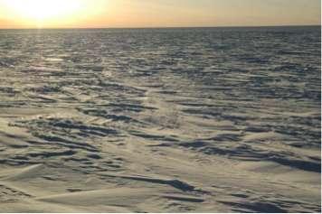 Étendue couverte de neige caractéristique du plateau antarctique. Ce continent fait environ 14 millions de km² dont 98 % sont recouverts d'une couche de glace d'une épaisseur moyenne de 1,6 km. © Jean-Charles Gallet, LGGE