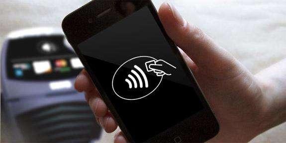 La technologie de transfert sans contact NFC permet notamment de faire du téléphone portable un moyen de paiement. © Numérama