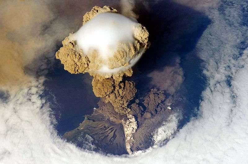Ce panache volcanique a été photographié au-dessus du volcan Sarytchev, durant l'éruption explosive du 11 juin 2009. Il se trouve sur l'île russe de Matoua, au sein des îles Kouriles, elles-mêmes situées sur la ceinture de feu du Pacifique. Les gaz sont surplombés d'un nuage appelé pileus. © Nasa, Wikimedia Commons, DP