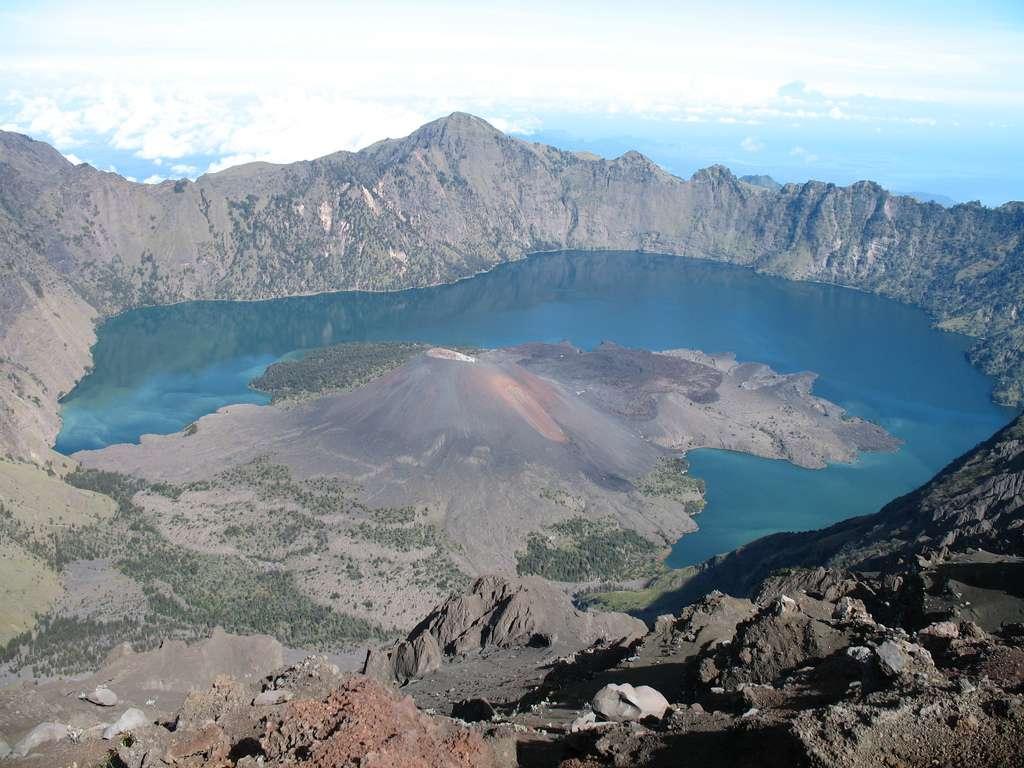 Après son effondrement en 1257, le volcan indonésien Samalas, qui culminait à 4.200 m d'altitude, a donné naissance à la caldeira de Segara Anak. © zulz, Flickr, cc by nc nd 2.0