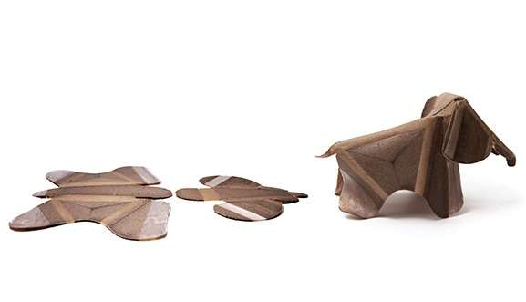Au Massachusetts Institute of Technology, une équipe a mis au point des « matériaux programmables » qui peuvent changer de forme ou de fonction lorsqu'ils sont exposés à des changements de température ou à l'humidité. C'est le cas de cet éléphant en kit. Fabriqué avec une imprimante 3D à partir d'un mélange de plastique et de fibre de bois, il s'autoassemble une fois qu'il est humidifié. © Self-Assembly Lab, MIT, Christophe Guberan, Erik Demaine, Autodesk Inc.