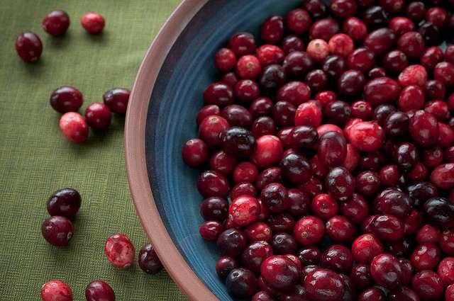 La canneberge ou cranberry est une petite baie rouge recommandée pour prévenir la cystite. Elle se consomme sous forme de jus ou de comprimé. © Pen Waggener, Flickr, CC by 2.0