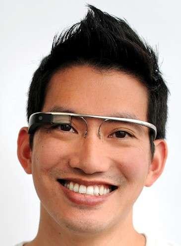 Les lunettes Google à réalité augmentée semblent le complément idéal au cybergant, qui pourrait leur apporter des fonctions interactives. © Google/USPTO