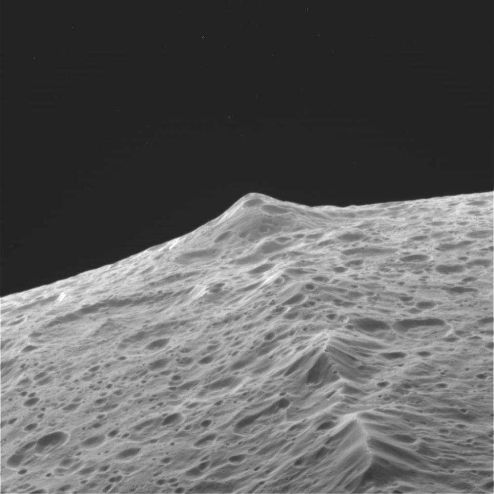 Le sommet de la chaîne sur cette image de Japet atteint 10 km de hauteur (Crédit : Nasa/JPL/Space Science Institute ).