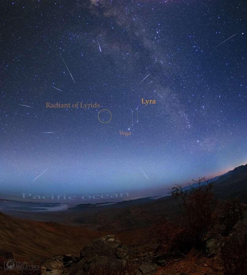 Image composite de la pluie annuelle d'étoiles filantes des Lyrides. En moyenne, 18 météores ont été observés chaque heure lors du pic d'activité dans la nuit du 22 au 23 avril. L'essaim météoritique doit son nom au radiant localisé en direction de la constellation de la Lyre. © Yuri Beletsky (via Apod)