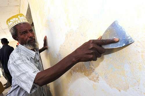Préparer un mur avant peinture demande quelques étapes. © US Army Africa, Flickr, CC BY 2.0