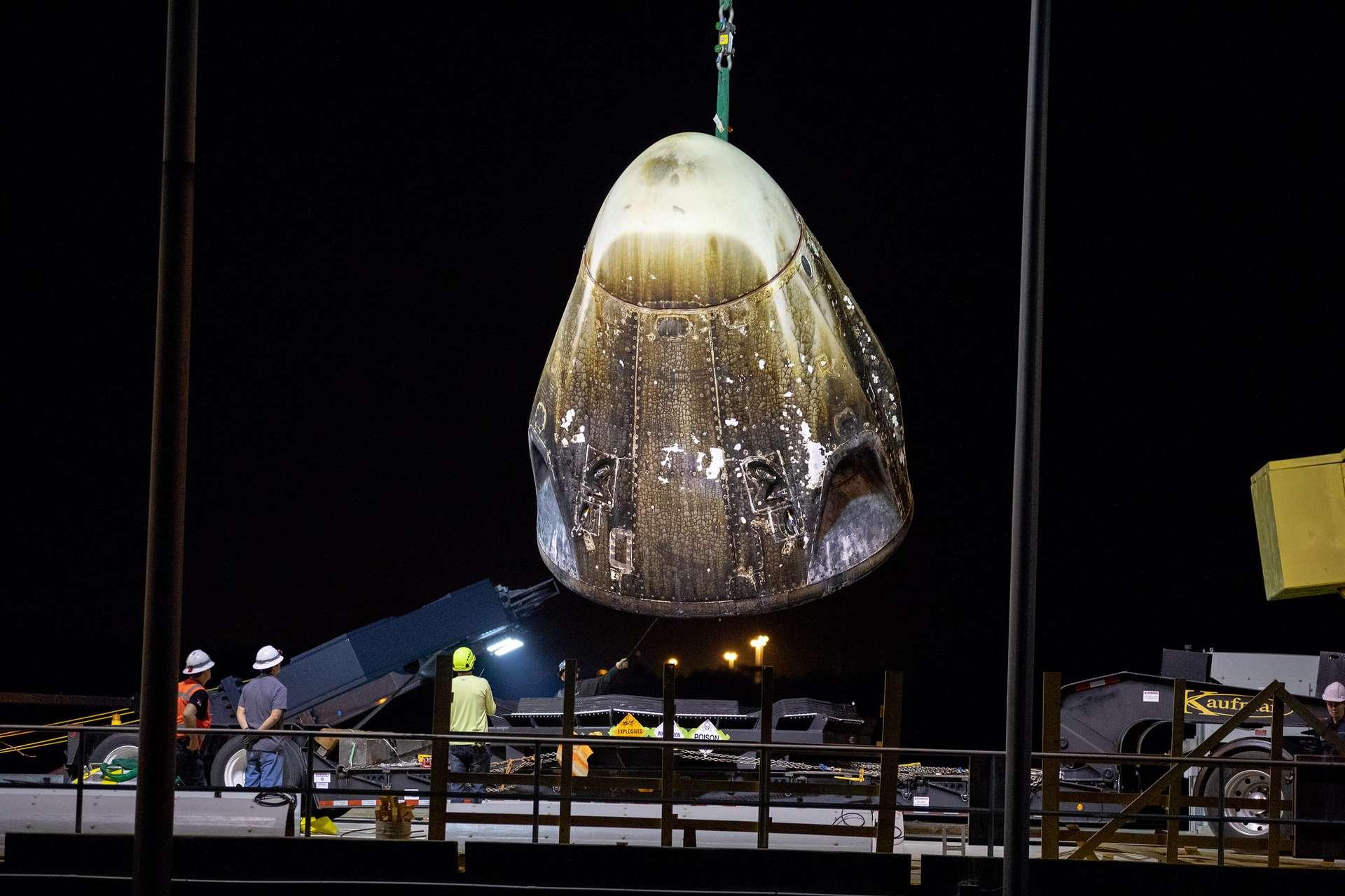 Récupération de la capsule Crew Dragon début mars 2019 après son amerrissage dans l'océan Atlantique au terme de son vol de démonstration aller-retour inhabité vers la Station spatiale internationale (ISS). Cette même capsule a explosé lors d'un test statique de ses moteurs-fusée SuperDraco le 20 avril 2019. © SpaceX, Isaac Watson/Nasa