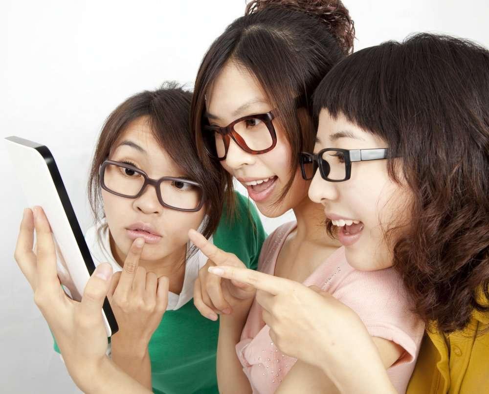 Les filles et les garçons se rejoignent sur les usages d'Internet et de l'informatique. © Tom Wang, shutterstock.com