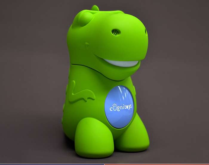 Le Dino CogniToys est un jouet-compagnon doté d'une fonction de reconnaissance vocale. Les enfants pressent son ventre pour lui parler et interagir avec lui. Très simple techniquement, le produit tire toutes ses capacités de l'application en ligne à laquelle il est connecté. Il s'agit de la plateforme de cloud computing Watson dérivée du superordinateur d'IBM. © Elemental Path