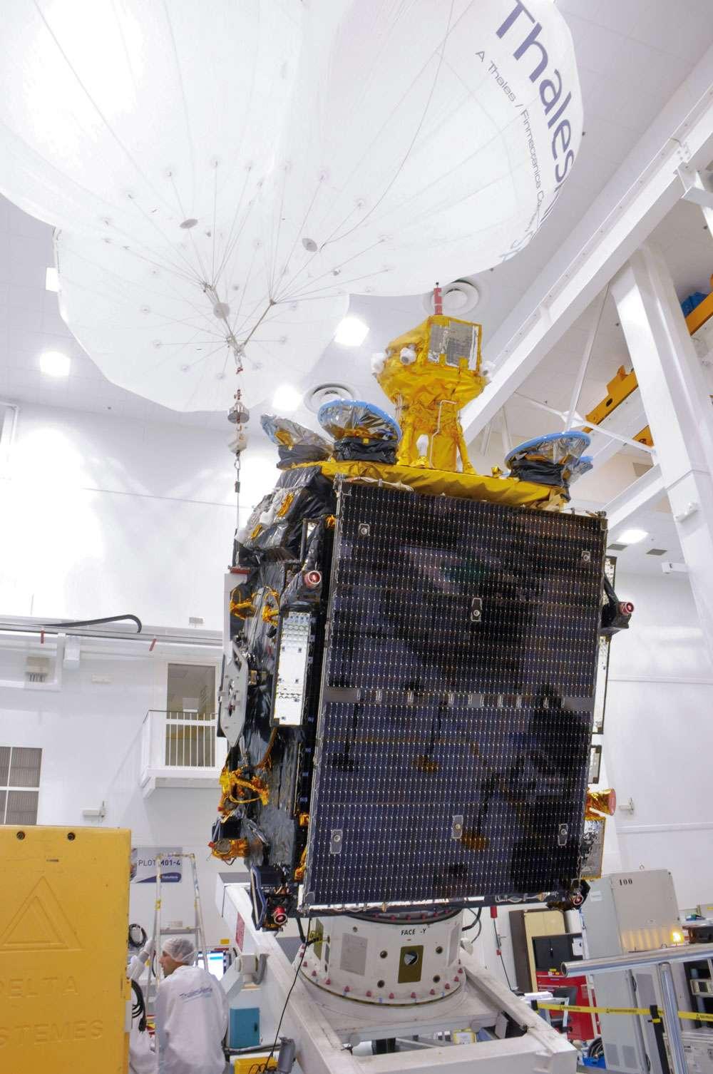 Le satellite Athena-Fidus dans les locaux cannois de Thales Alenia Space (en novembre 2013) pour d'ultimes vérifications et la préparation de son transfert vers le Centre spatial de Kourou. © Rémy Decourt