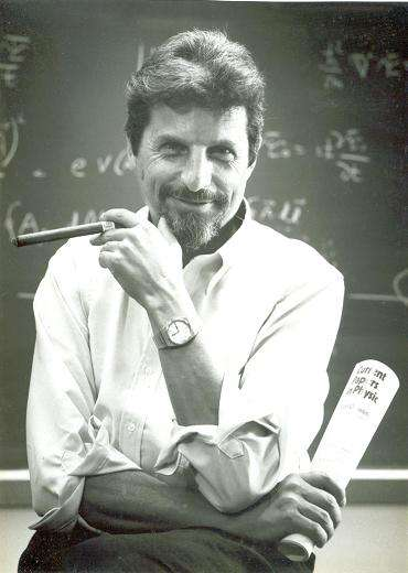 Le physicien Yakir Aharonov avec son éternel cigare. Crédit : Hayadan.org