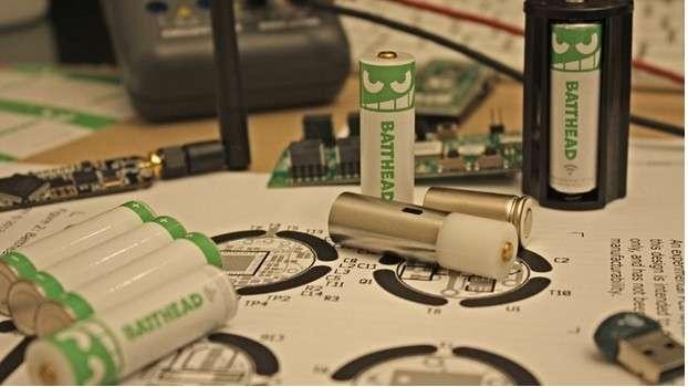 La pile Batthead intègre un module Bluetooth Low Energy qui lui permet de communiquer avec une application installée sur un smartphone ou une tablette. L'utilisateur peut alors contrôler le niveau de charge et définir des paramètres pour l'allumage et l'extinction de l'appareil. © Vonkil Technologies