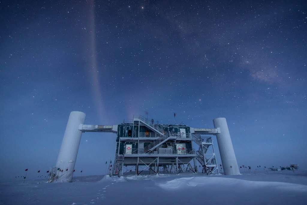 Une vue des bâtiments de surface du détecteur géant de neutrinos IceCube en Antarctique. La pureté de la glace à plus d'un kilomètre de profondeur permet à plus de 5.000 photomultiplicateurs d'enregistrer avec précision les flashs bleutés très ténus générés par les muons issus de la collision des neutrinos avec les noyaux atomiques dans la glace. La construction d'IceCube a commencé en 2005, mais le détecteur est une version plus grande d'Amanda, qui date du début des années 1990. © Felipe Pedreros, IceCube, NSF