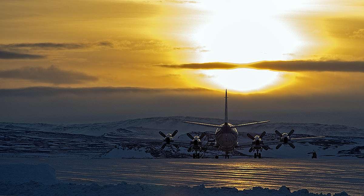 Sur la base aérienne de Thulé, à 1.500 km du pôle Nord, un Lockheed P-3B Orion spécialement équipé pour l'étude des glaces polaires est prêt à entamer une nouvelle campagne de mesures dans le cadre de la mission IceBridge. © Nasa, M. Studinger