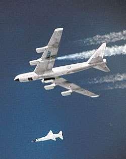 Le lanceur Pegasus largué par un B52, inusable bombardier de l'US Air Force depuis 1952. © DR