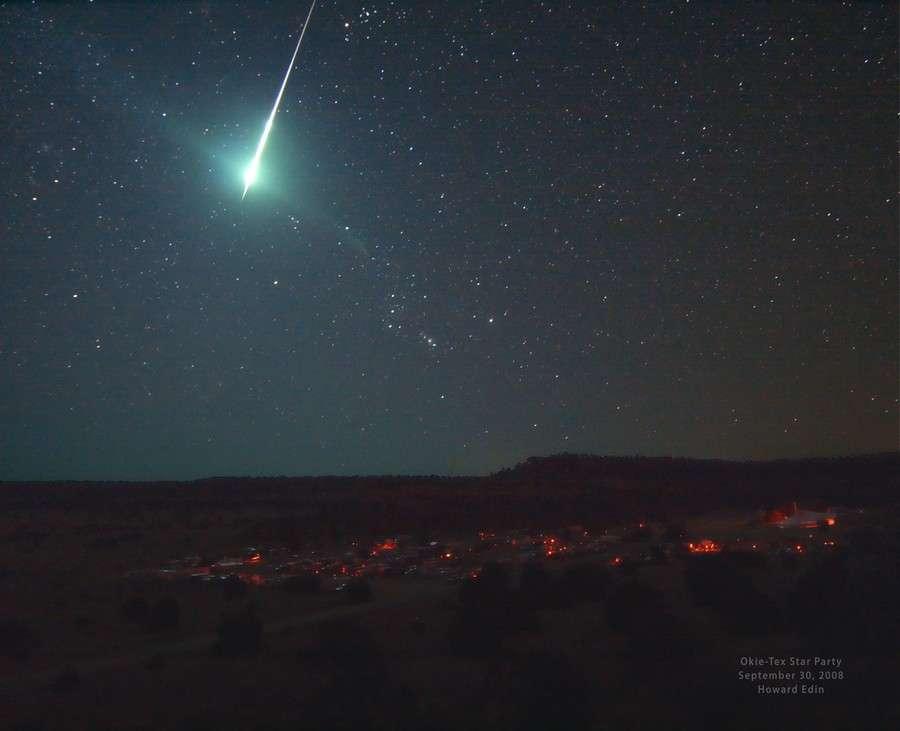 En septembre 2008 l'astronome amateur américain Howard Edin photographiait fortuitement le passage d'un bolide. Crédit Howard Edin