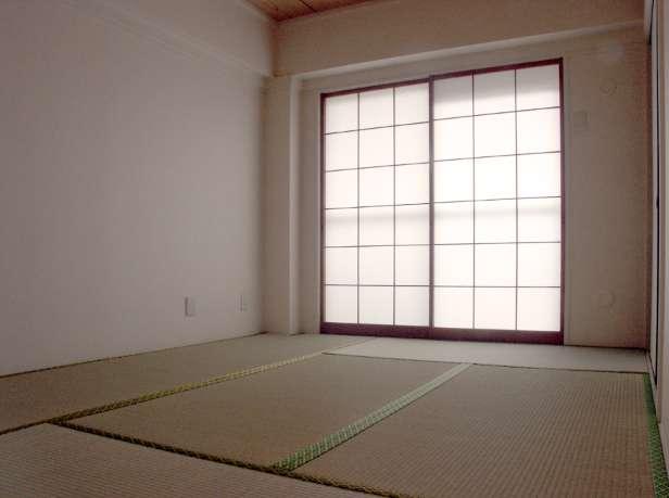 Installer une porte intérieure double permet une plus grande ouverture de la pièce. © NC, Wikimedia Commons, Domaine public