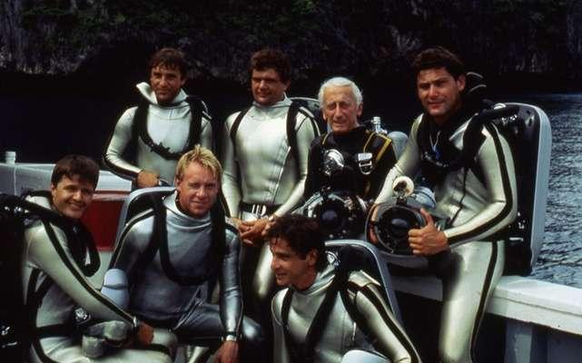 Le Commandant Cousteau entouré de plongeurs. Crédit : Cousteau Society 2010