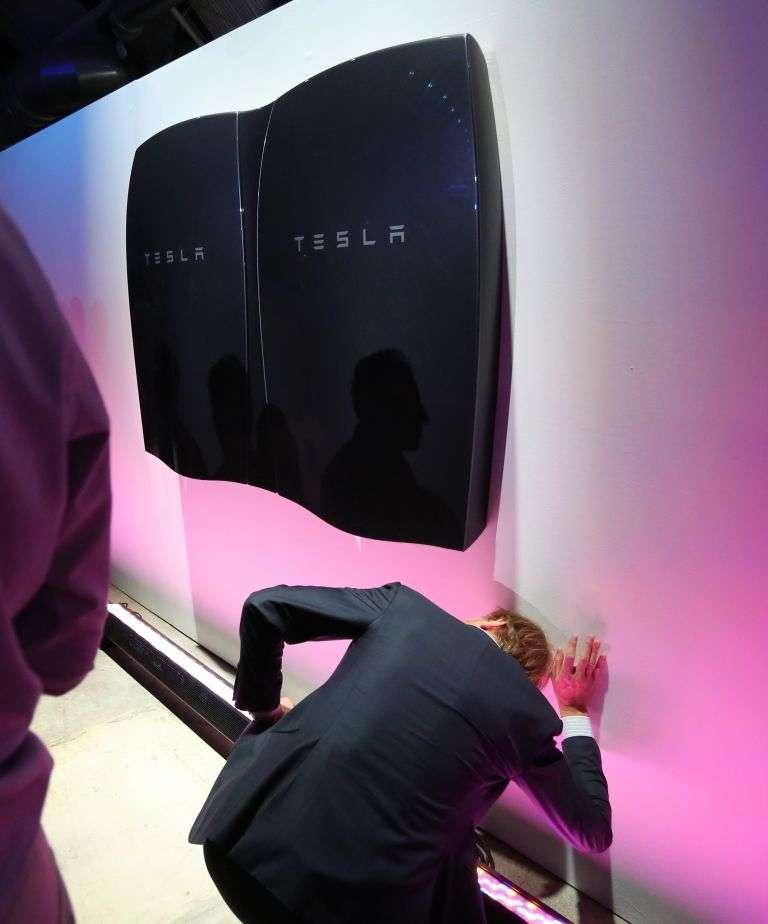 Le fabricant californien des véhicules électriques de luxe Tesla a dévoilé jeudi une « batterie pour domicile ». © AFP photo, David McNew