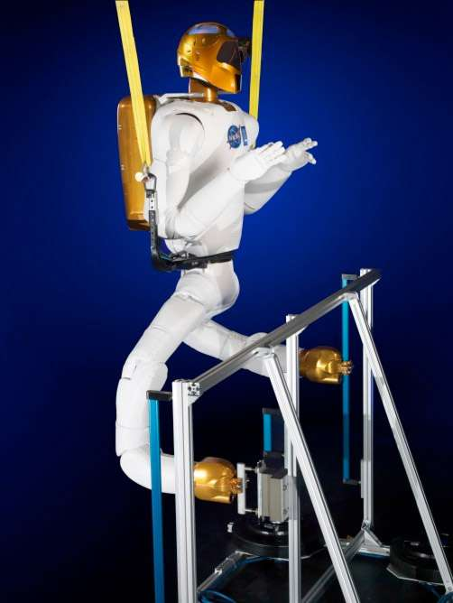 Essai au sol par la Nasa d'un Robonaut 2 similaire à celui de la Station spatiale. Il porte sur son dos une batterie qui fournit l'énergie dont il a besoin. Celui à bord de l'ISS doit être branché sur l'une des prises du complexe orbital. © Nasa