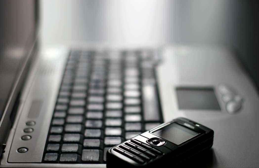 Téléphone portable, Wi-Fi, antennes-relais émettent des micro-ondes dont les fréquences sont comprises entre 1 et 2,5 GHz. Les scientifiques ne se sont pas encore tous accordés sur leur nocivité ou non. © Sqback, StockFreeImages.com