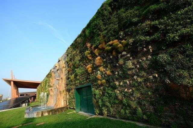 Vue générale du plus grand jardin vertical au monde, à Rozzano, près de Milan. Il a fallu 90 jours pour y installer les plantes. © AFP Photo/Olivier Morin