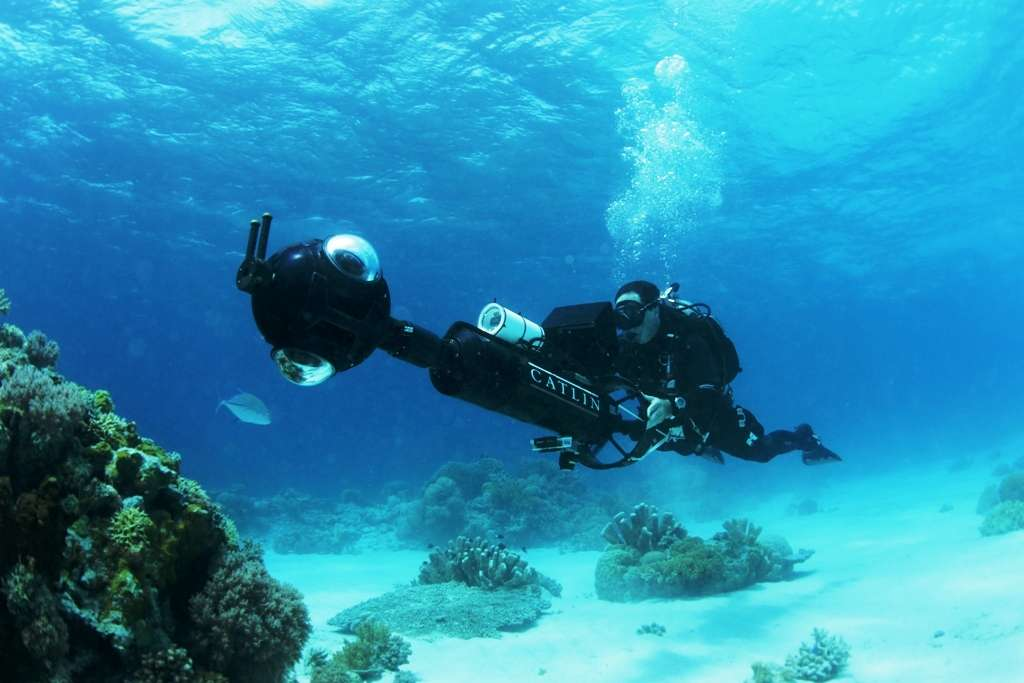 Le biologiste marin Benjamin P. Neale est un spécialiste des coraux. On le voit ici en plein travail au Philippines avec le SVII, l'appareil de prise de vue spécialement conçu pour le Catlin Seaview Survey. © Official Blog of Atlantis Dive Resorts & Liveaboards - Philippines