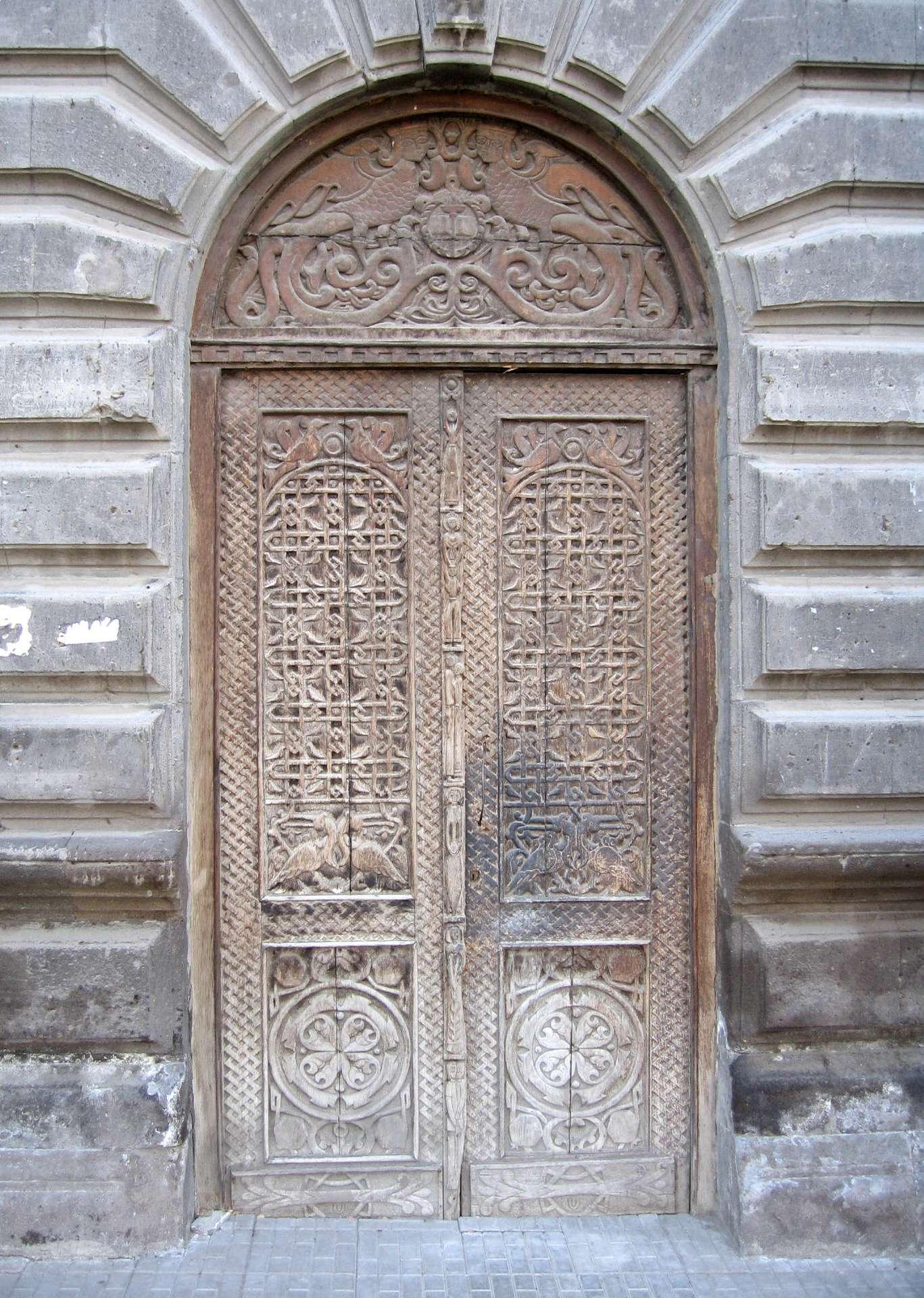 Une porte permet l'accès a un lieu fermé. Ici une porte en bois. © Sven Dirks, CC BY SA 3.0, Wikipedia Commons