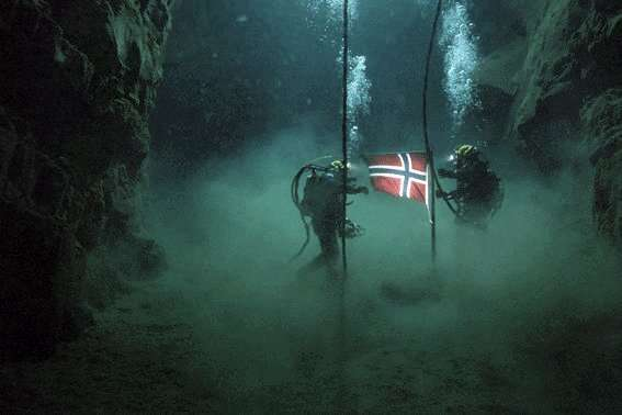 Le drapeau norvégien flotte par -500 m : les pionniers des grands fonds ont leur record. L'image, tirée du film Pioneer, illustre un épisode mal connu de la conquête des fonds océaniques...et du pétrole. © Les films d'Antoine